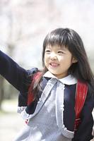 桜を指差す小学生女子
