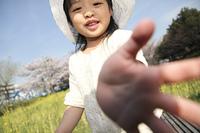 公園で遊ぶ小学生女子