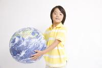 地球儀をもつ子供