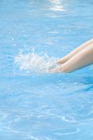 水飛沫を立てる女性の足元