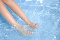 水に浸かる女性の足元