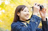 銀杏を撮影する女性