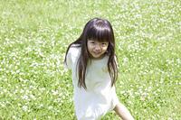 草原で微笑む女の子