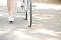 自転車と女性の足元