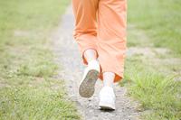 ジョギングをする女性の足元