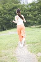 ジョギングをする女性の後姿