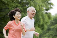 公園でマラソンをする老夫婦