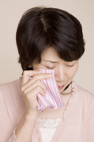 ハンカチで涙を拭く女性