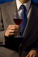 ワインを持つビジネスマンの手元