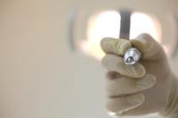 歯科器具を持つ歯科医師の手元