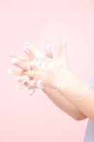 手を洗う女性の手元