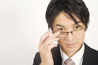 メガネをかけるビジネスマン