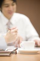 机の上に置かれたホットコーヒー
