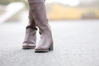 ブーツを履いた女性の脚