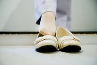 靴をはくOLの足元