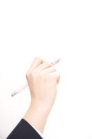 シャーペンを持った女子中学生の手元