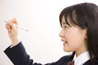 シャーペンを持った女子中学生