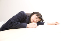 眠る女子中学生