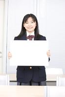 メッセージボードを持った女子中学生