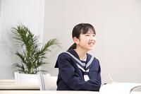 塾で勉強する女子中学生