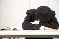 眠る男子中学生