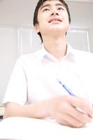 塾で勉強する男子中学生