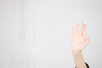 手をあげる女子中学生の手元