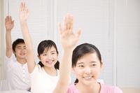 手を上げる男女