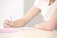 塾で勉強する女の子の手元