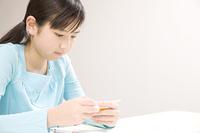 塾で勉強する女の子