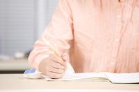 塾で勉強している女の子の手元