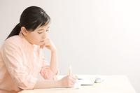 塾で勉強している女の子