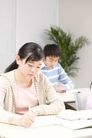 塾で勉強する男女