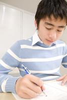 塾で勉強している男の子