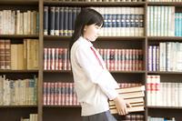 本を持つ女子中学生
