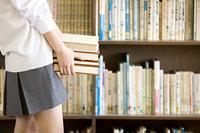 本を持つ女子中学生の手元