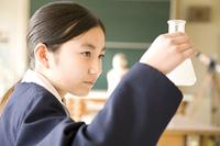 実験をしている女子中学生