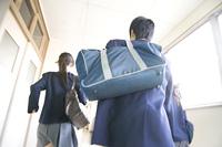 廊下を走る中学生男女