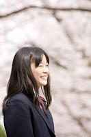 桜の下で笑っている女子中学生