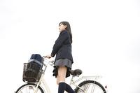 自転車をおす女子中学生