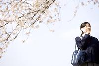 携帯電話で話す女子中学生