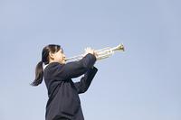 トランペットを吹く女子中学生