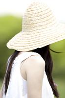 麦藁帽子をかぶった女性