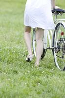 自転車をおす女性の後姿