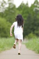 走る女の子の後ろ姿