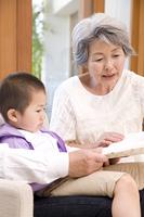 孫に本を読む祖母