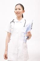 バインダーを持って笑う看護師