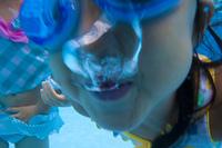 水中に潜る水着姿の女の子