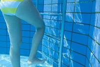 プールから上がる女性の足元