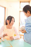粘土で遊ぶ幼稚園男児と幼稚園教諭